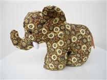 Elefante de pano marrom